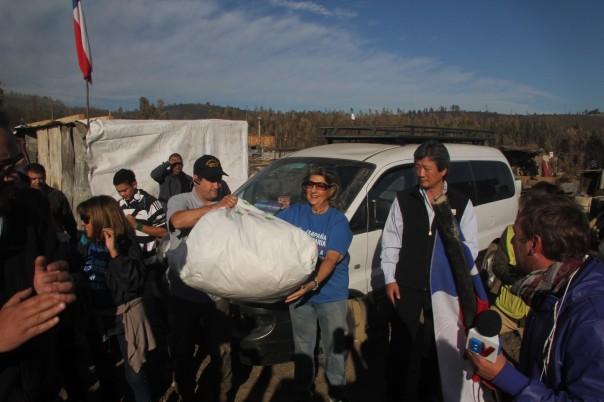 ALCALDESA VIRGINIA REGINATO ayudando en Cerro la Cruz